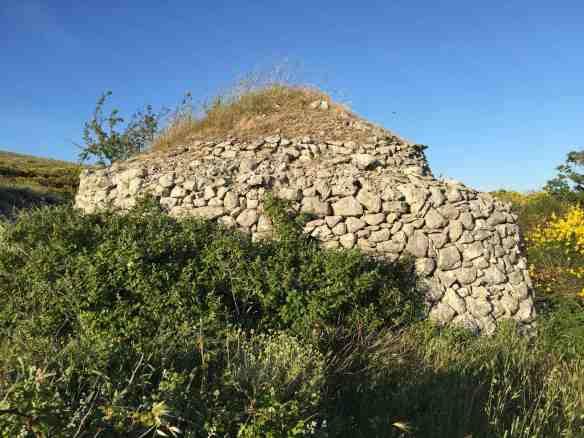 Capanna di pietra con copertura di terra